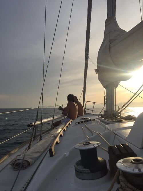 friends-sailing-at-sunset